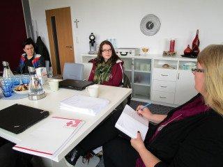 Shaline Frenzel und Jonas Bussmann sowie die anderen Stipendiaten reflektierten mit Schulleiterin Gaby Petry. Foto: SMMP/Hofbauer