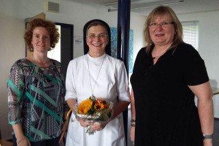 Schulleiterin Gaby Petry (rechts) und ihre Stellvertreterin Kerstin Kocura begrüßten Schwester Theresita Maria im Kollegium. Foto: SMMP/Hofbauer