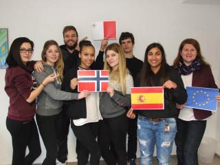 Anna, Saskia, Marius, Kim, Friederike, Lars und Nanije (v.l.) freuen sich mit Kathrin Kreutzkamp (r.) auf die aufregenden Praktika. Foto: SMMP/Hofbauer