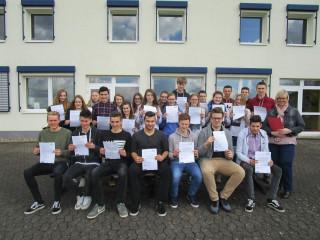 Stolze FHR- und AHR-Schüler mit ihren Zertifikaten sowie Lehrerin Ulrike Lowe (rechts). Foto: SMMP/Hofbauer