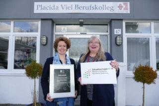Schulleiterin Gaby Petry (r.) und ihre Stellvertreterin Kerstin Kocura sind zurecht stolz auf die Auszeichnungen für die Schule. Foto: SMMP/Hofbauer