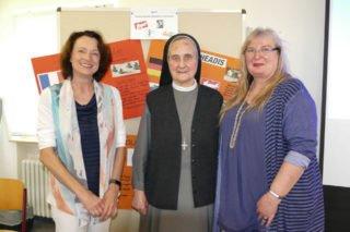 Dagmar Freitag, MdB, und Schwester Adelgundis Pastusiak wurden im Berufskolleg von Schulleiterin Gaby Petry (r.) begrüßt. Foto: SMMP/Hofbauer