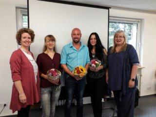 Die Schulleitung begrüßte die neuen Lehrkräfte mit Blumen: (v.l.): Kerstin Kocura, Nadja Justus, Richard Sproston, Claudia Lüke und Gaby Petry. Foto: SMMP/Hofbauer