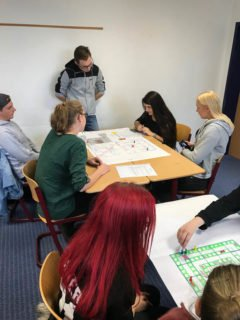Die Schülerinnen und Schüler der Stufe 11 probierten Spiele der Stufe 12 aus. Foto: SMMP/Lowe