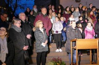 Schulsozialarbeiterin Irina Rebbe sprach einige Worte bei der Veranstaltung vor der St.-Vincenz-Kirche. Links Schulleiterin Gaby Petry. Foto: SMMP/Hofbauer