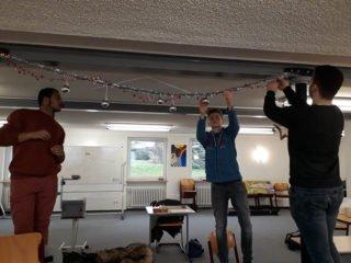 Tyron Mozie, Elias Lübbering und Georgios Georgiadis hatten viel Spaß beim Schmücken des Klassenraums. Foto: SMMP/Hofbauer