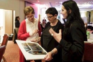 Die Vertreterinnen derSt.-Vitus-Wohngemeinschaft (SMMP) freuten sich über den von Claudia Lüke (r.) gestalteten Preis. Foto: Uwe Jesiorkowski